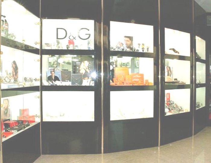 Produzione arredamenti per negozi compra in fabbrica for Arredamenti x negozi